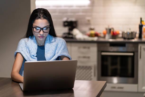 Asiatische Frau arbeitet isoliert zu Hause im Ausnahmezustand – Foto