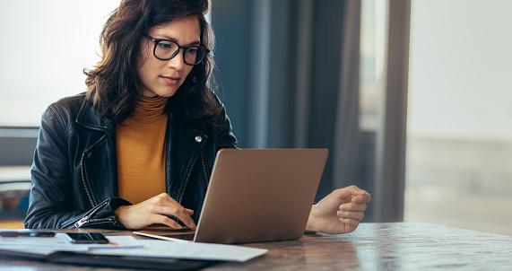 사무실에서 아시아 여자 작업 노트북 경영자에 대한 스톡 사진 및 기타 이미지