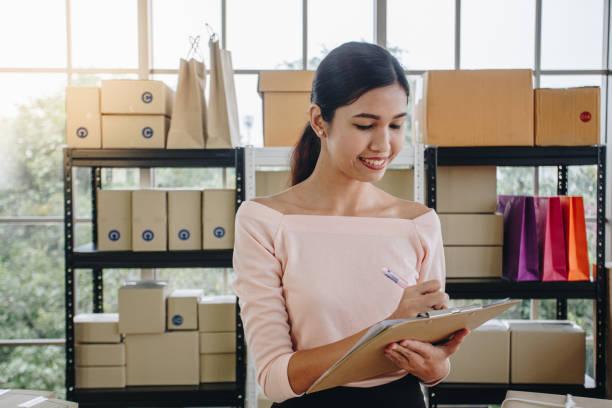 asiatische frau schreiben, zwischenablage, lieferung frei haus, kmu e-commerce konzept - umzug checkliste stock-fotos und bilder
