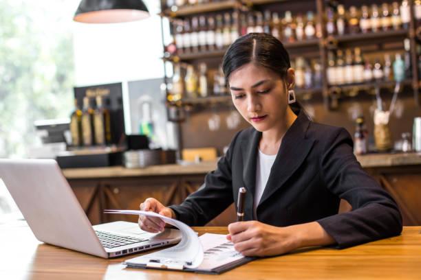 Asiatische Frau schreiben Informationen von Website Restaurant, Frau arbeitet Konzept – Foto