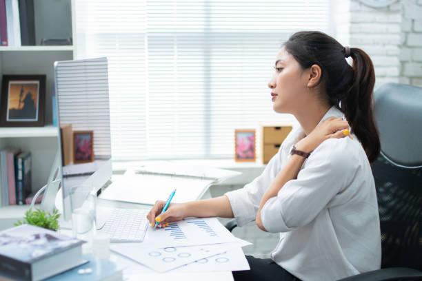 asiatische frauen schmerzen von der arbeit fühlte sie sich entspannung - rückenschmerzen beim sitzen stock-fotos und bilder