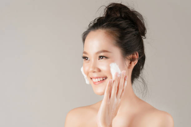Asian women are going to use a facial foam to wash cosmetics off the face Asian women are going to use a facial foam to wash cosmetics off the face korean ethnicity stock pictures, royalty-free photos & images