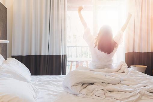 Asyalı Kadınlar Bir Otel Odasında Uyku Modundan Çıkarma Sonra Kadar Sabahı Kalıyorsun Dış Görünümüne Bakarak Odada Perdeyi Açın Vintage Sesi Stok Fotoğraflar & Asya'nin Daha Fazla Resimleri