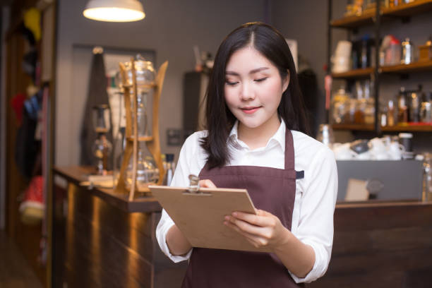 Asiatische Frauen Barista Coffee-Shop mit Lächeln an.  Frauen arbeiten im Café Barista. Arbeitende Frau Kleinunternehmer oder KMU-Konzept. – Foto