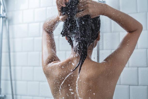 asyalı kadınlar banyo ve o banyo ve hair.she yıkama mutludur - tüy vücut parçaları stok fotoğraflar ve resimler