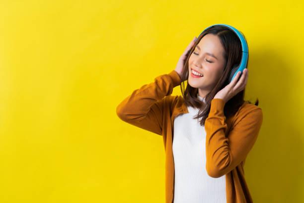asiatische frauen anhören von musik - radio kultur stock-fotos und bilder