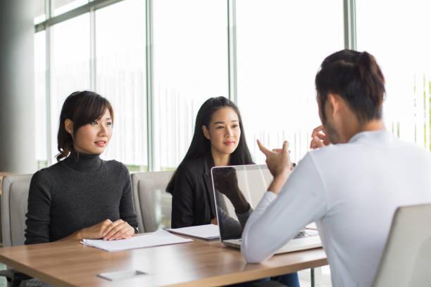 Asiatische Frauen arbeiten im Restaurant, Frau interview Geschäftsmann für Arbeit Job, Portrait Geschäftskonzept, 20-30 Jahre alt. – Foto