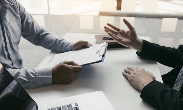 asiatische junge erwachsene sitzen am schreibtisch gegenüber von manager interviewt interview im geschäftszimmer. - feedback stock-fotos und bilder