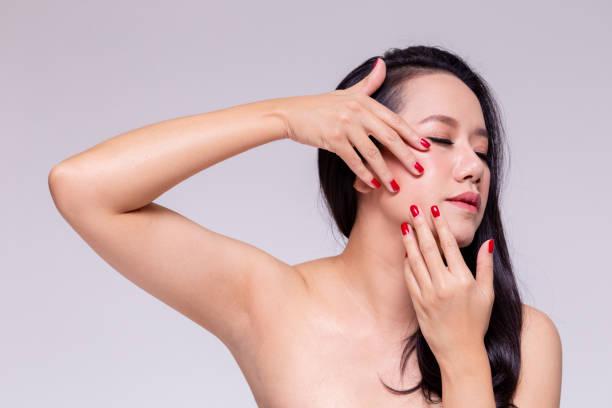 Junge schöne Asiatin Gesichts Behandlung und tun Facelifting für Haut Pflege Anti-Aging Wellness Massage vor dem Altern zu verhindern. – Foto