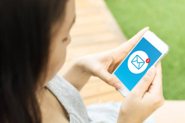 asian young woman hand holding mobile phone with email message icon on screen - feedback icon imagens e fotografias de stock