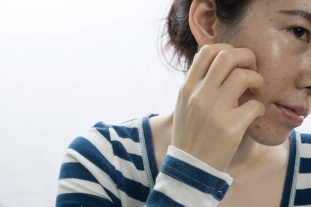격리 된 흰 배경에 얼굴을 긁 적 아시아 젊은 여자 - 모양 뉴스 사진 이미지