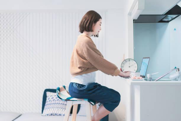 ホームルームでリモートで働くアジアの若い女性 - リモート ストックフォトと画像
