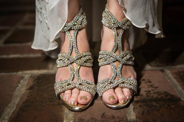 die asiatische braut tragen diamanten besetzt schuhe - nails stiletto stock-fotos und bilder
