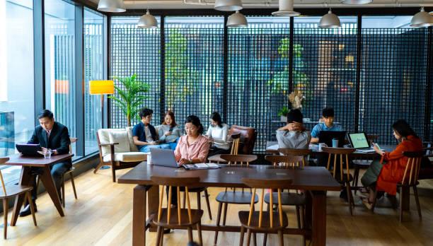 アジアのミレニアル世代はコワーキングスペースで働くのに忙しい。 - business malaysia ストックフォトと画像