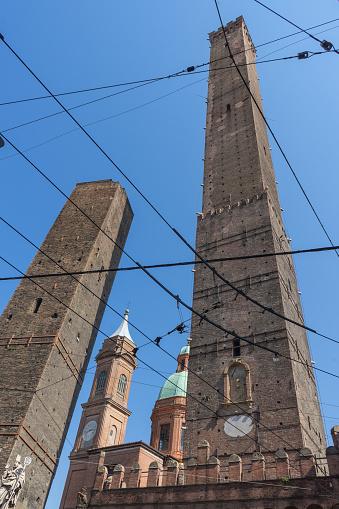 Asinelli En Garisenda Het Beroemde Baksteen Torens In Bologna Italië Stockfoto en meer beelden van Architectuur