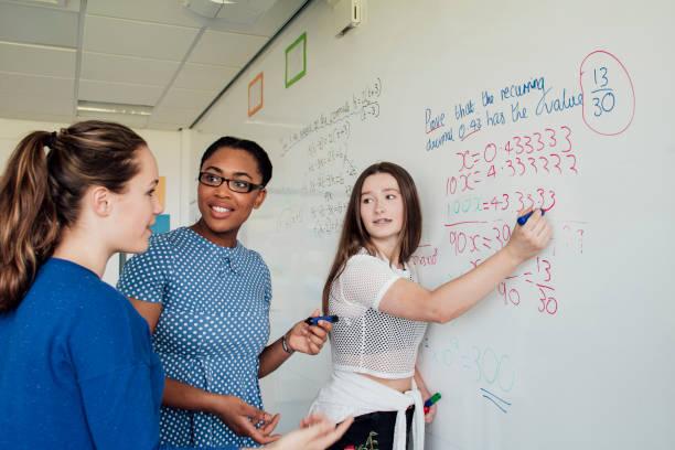クラスで質問 - 数学の授業 ストックフォトと画像