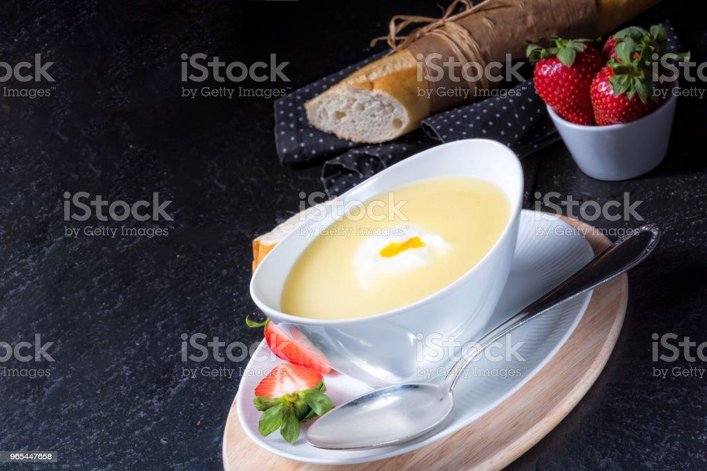 soupe d'asperges avec oeuf poché et baguettes fraîches - Photo de Ail - Légume à bulbe libre de droits