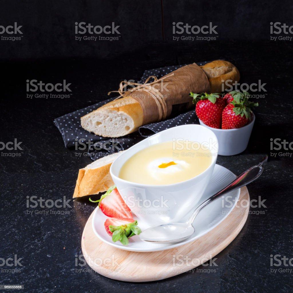 soupe d'asperges avec oeuf poché et baguettes fraîches - Photo