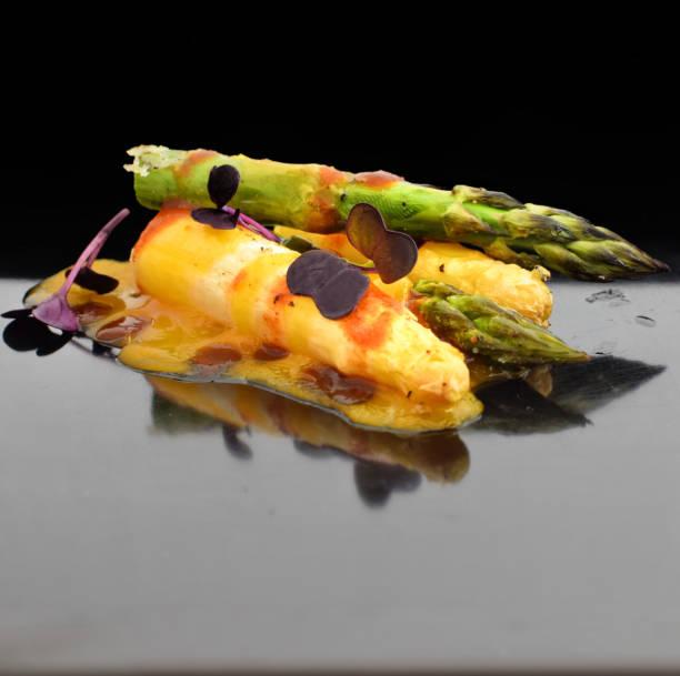spargel mit ei-chilisauce - kochkunst stock-fotos und bilder