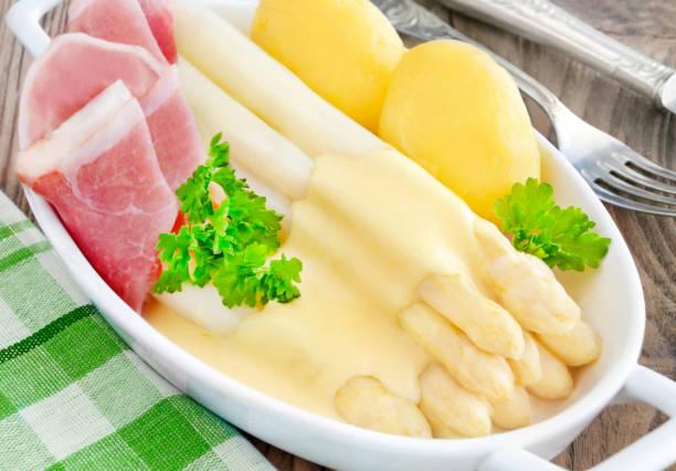 spargel mit schinken und sauce hollandaise - sauce hollandaise stock-fotos und bilder