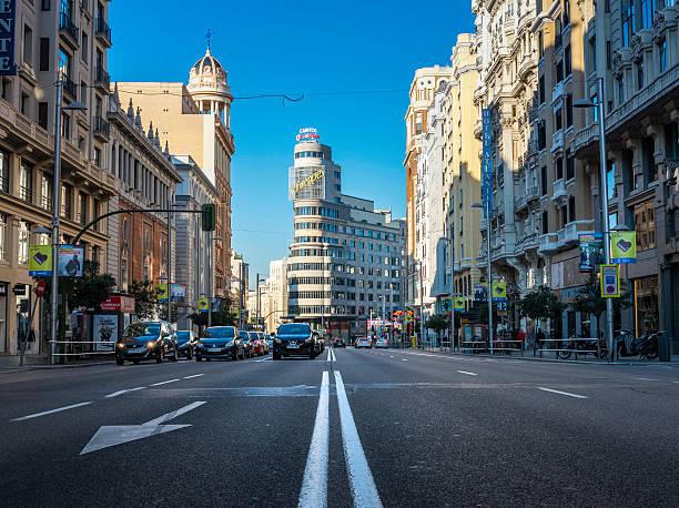 アスファルトおよびトラフィックの gran via 、マドリード - マドリード グランヴィア通り ストックフォトと画像