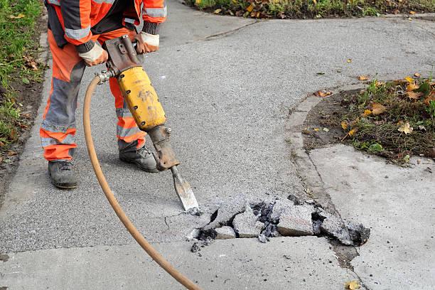 Asphalt abbrechen, Arbeiter und Presslufthammer – Foto