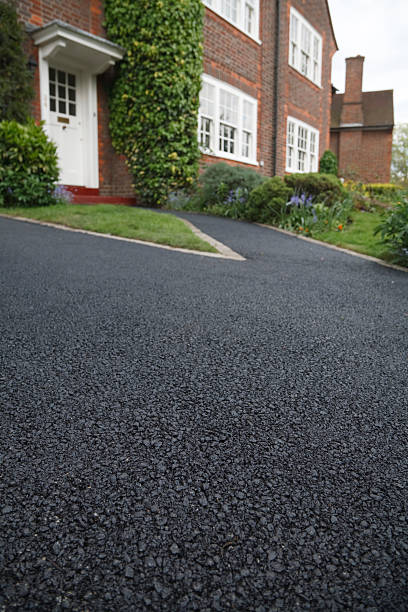Asphalt drive New asphalt tarmacadam driveway outside a beautiful brick house in London. Lots of copy space asphalt stock pictures, royalty-free photos & images