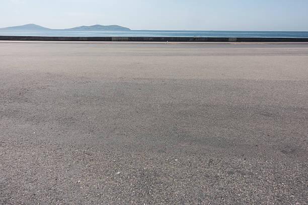 Asfalto di spazio con mare sullo sfondo - foto stock
