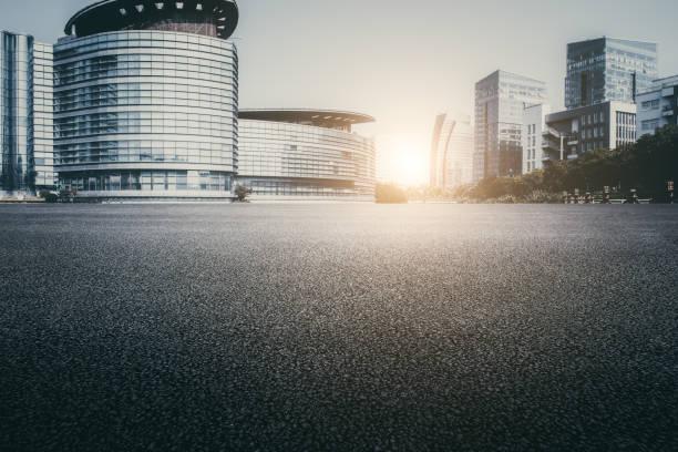 asfaltverharding en moderne architectuur van de stad snelweg - stadsweg stockfoto's en -beelden