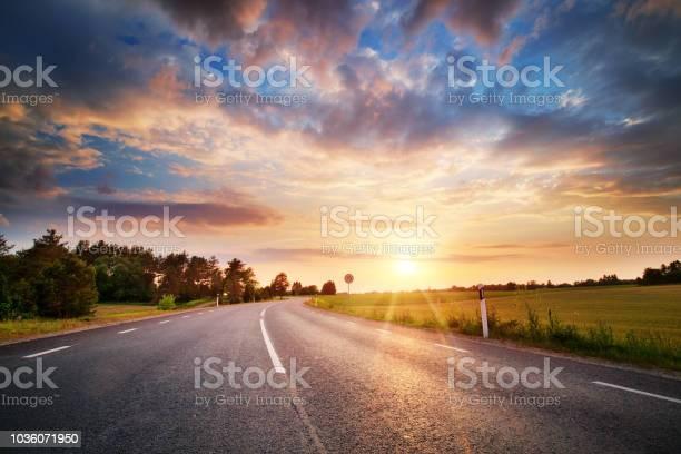 Asphalt Road And Dividing Lines At Sunset - Fotografie stock e altre immagini di Albero