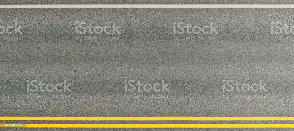 Asphaltierte Straße und doppelte gelbe Linien teilt die Gassen. – Foto