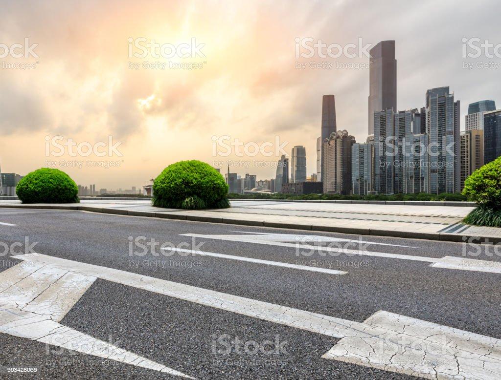 asfaltowa droga i nowoczesna panorama miasta w Kantonie o zachodzie słońca - Zbiór zdjęć royalty-free (Architektura)