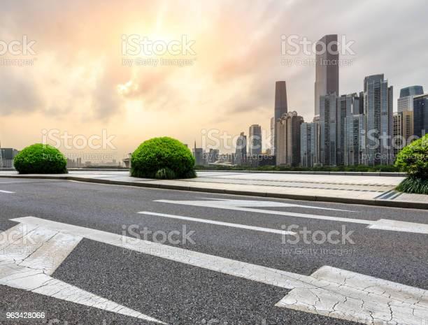 Asfaltowa Droga I Nowoczesna Panorama Miasta W Kantonie O Zachodzie Słońca - zdjęcia stockowe i więcej obrazów Architektura
