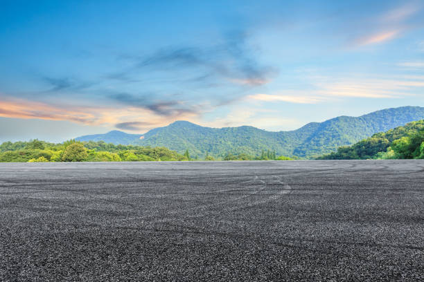asphalt road and mountain background - foto stock