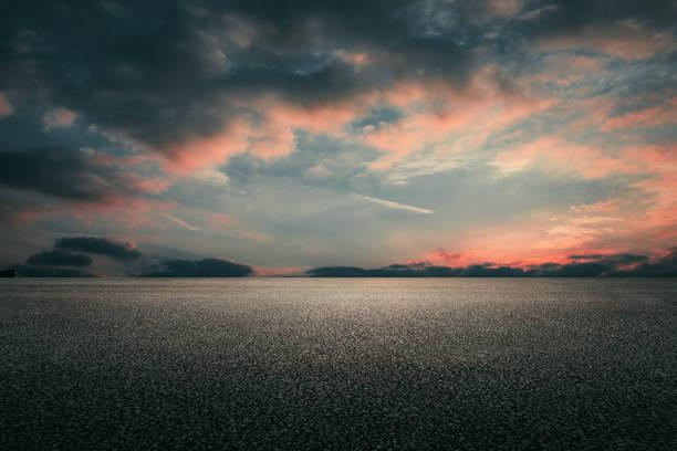 瀝青路和天空雲彩背景 - 橫向 個照片及圖片檔
