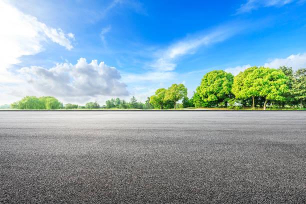 asfalto terreno y bosques verdes en el parque natural del campo - vía fotografías e imágenes de stock
