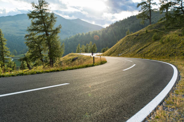 asphalt road in austria, alps in a summer day - estrada imagens e fotografias de stock