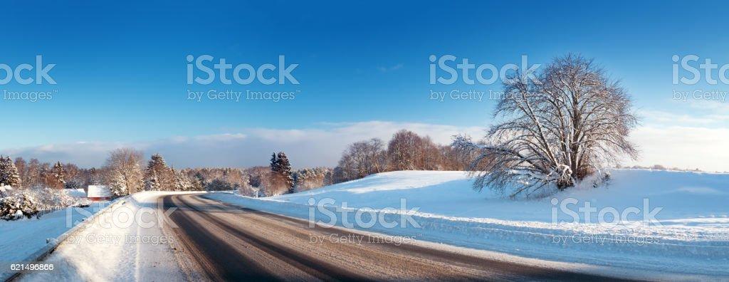 Asphaltstraße im Schnee Winter in wunderschöner sonniger Tag Lizenzfreies stock-foto