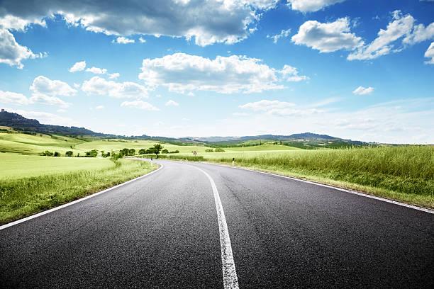 carretera asfaltada en toscana, italia - vía fotografías e imágenes de stock