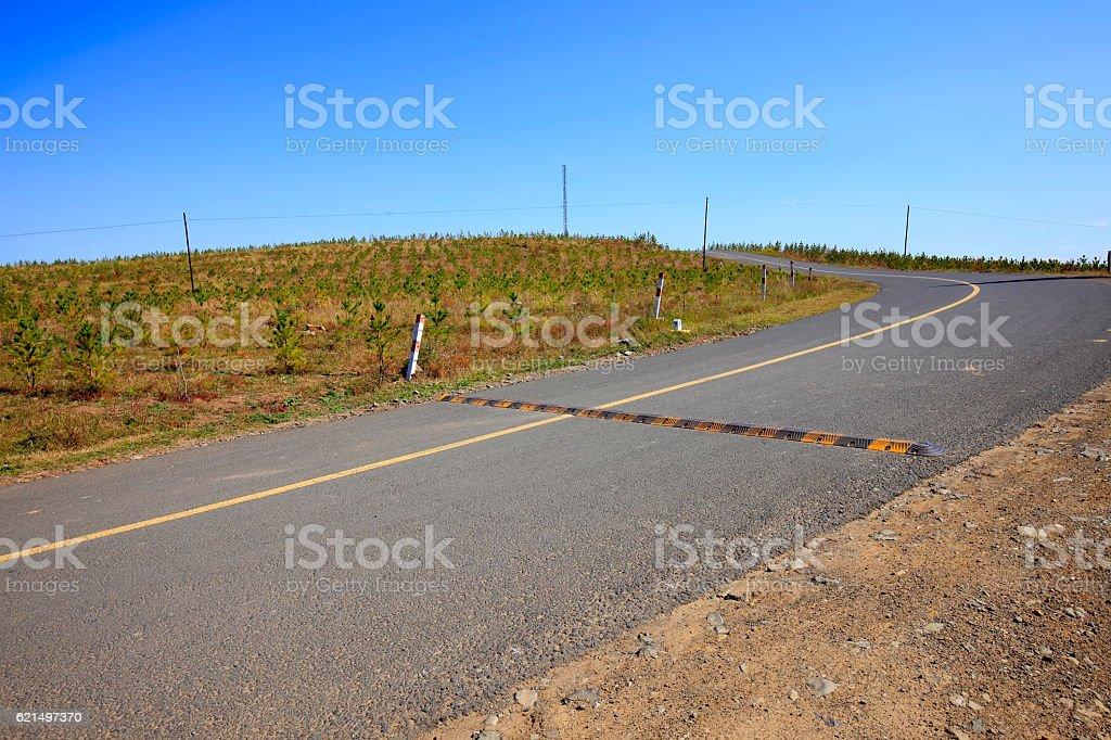 asphalt road on grassland photo libre de droits