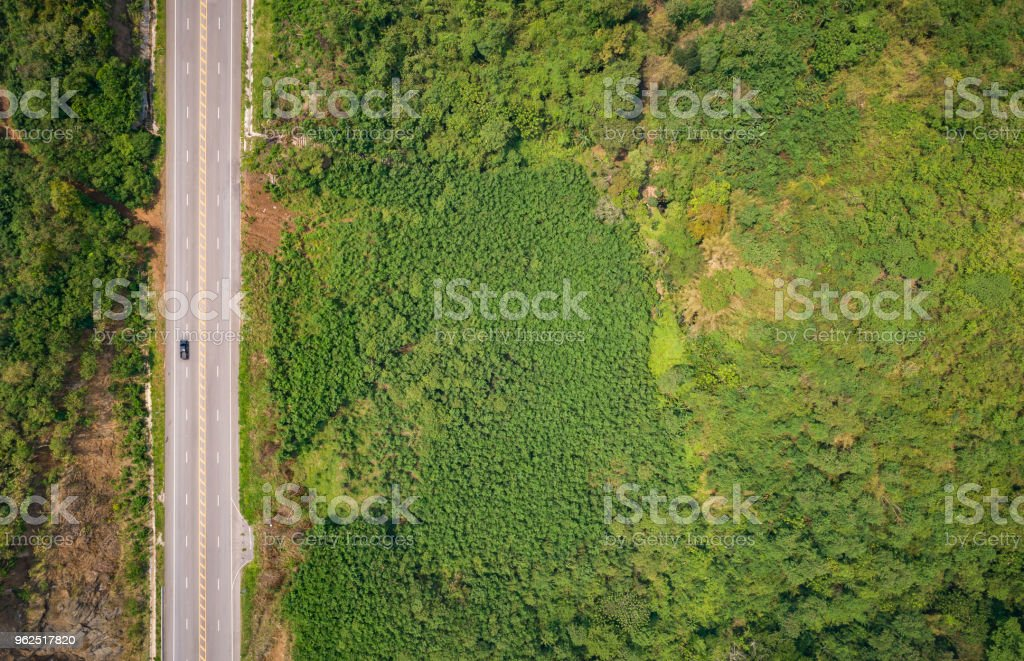 Estrada de asfalto na colina na província de Phetchabun, Tailândia. Vista aérea de voar de avião. - Foto de stock de Avião sem piloto royalty-free