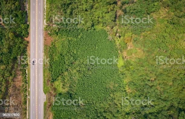 Foto de Estrada De Asfalto Na Colina Na Província De Phetchabun Tailândia Vista Aérea De Voar De Avião e mais fotos de stock de Avião sem piloto