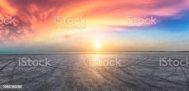 Asphalt Road Pavement And Dramatic Sky With Coastline - Fotografie stock e altre immagini di Acqua