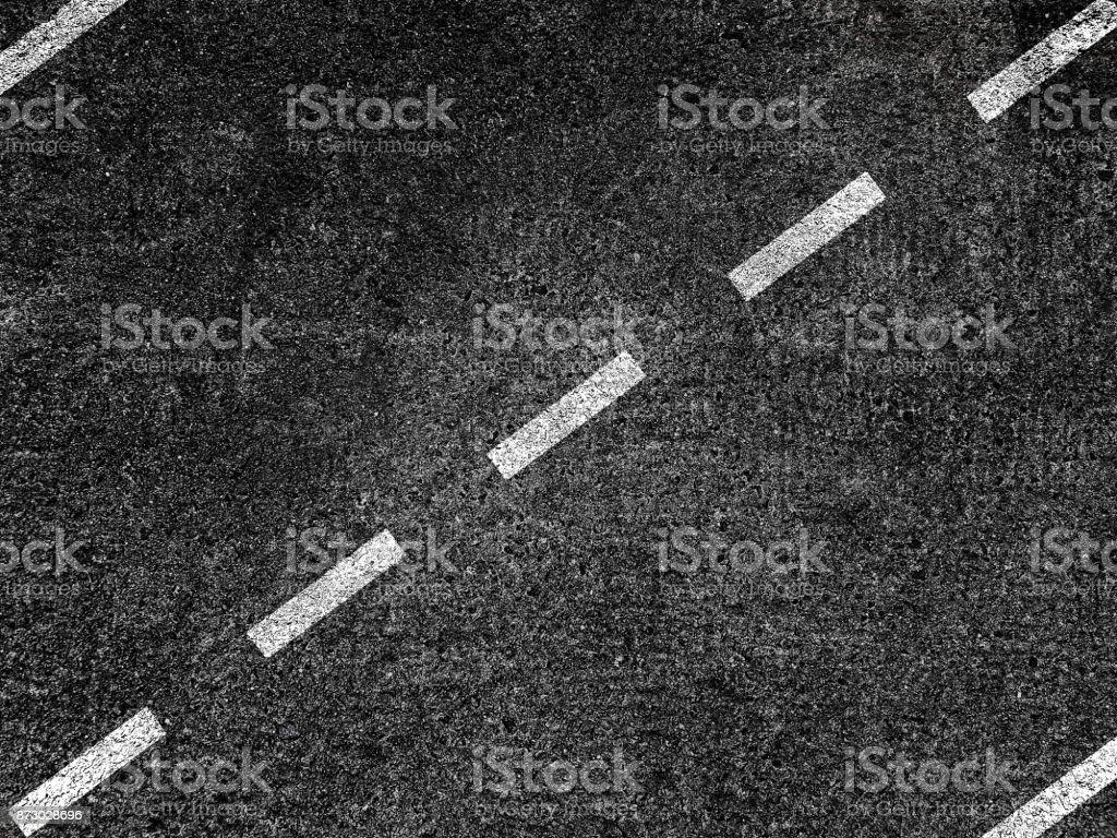 Route asphaltée avec divisant la ligne blanche - Photo