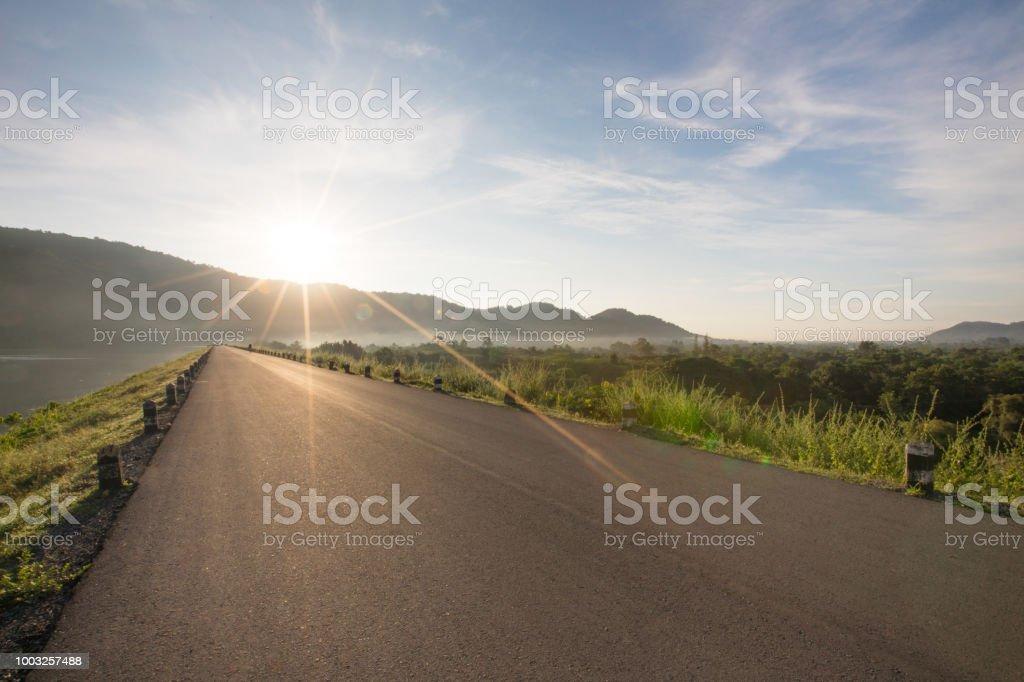 Asphaltstraße mit Reservoir auf klar blauer Himmel und Berge im Hintergrund Huaiprue Reservoir, Nakhon Nayok – Foto