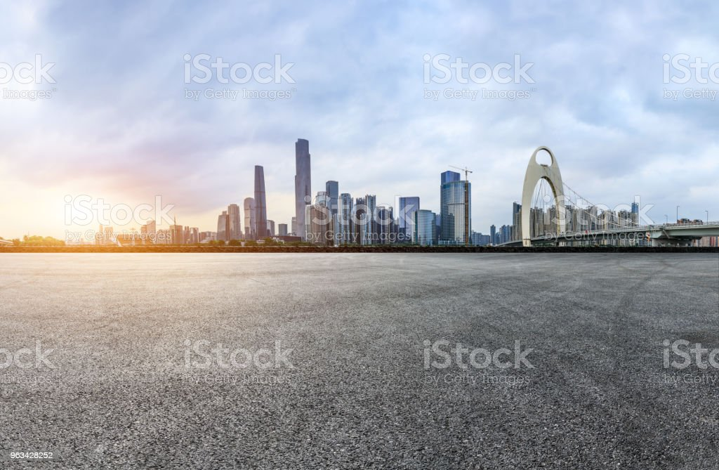 asphalt square road and modern city skyline in Guangzhou at sunset - Zbiór zdjęć royalty-free (Architektura)
