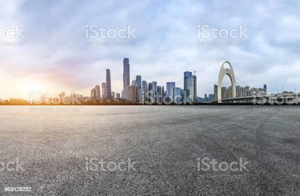 Asfaltowa Droga Kwadratowa I Nowoczesna Panorama Miasta W Kantonie O Zachodzie Słońca - zdjęcia stockowe i więcej obrazów Architektura