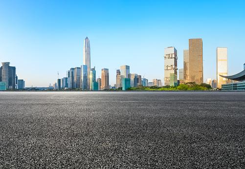 Asphalt Square Road And Modern City Skyline In Shenzhen - Fotografias de stock e mais imagens de Alfalto