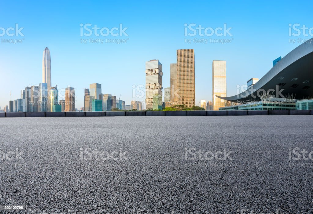 Fyrkantig asfaltvägen och moderna stadens silhuett i Shenzhen - Royaltyfri Arkitektur Bildbanksbilder
