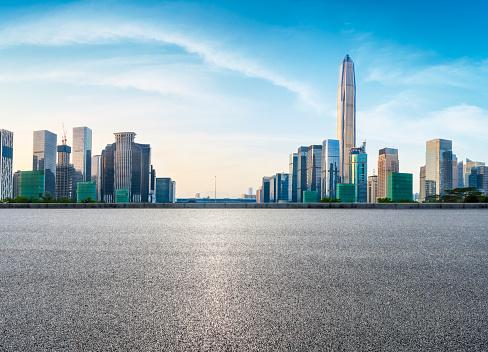 Fyrkantig Asfaltvägen Och Moderna Stadens Silhuett I Shenzhen-foton och fler bilder på Arkitektur